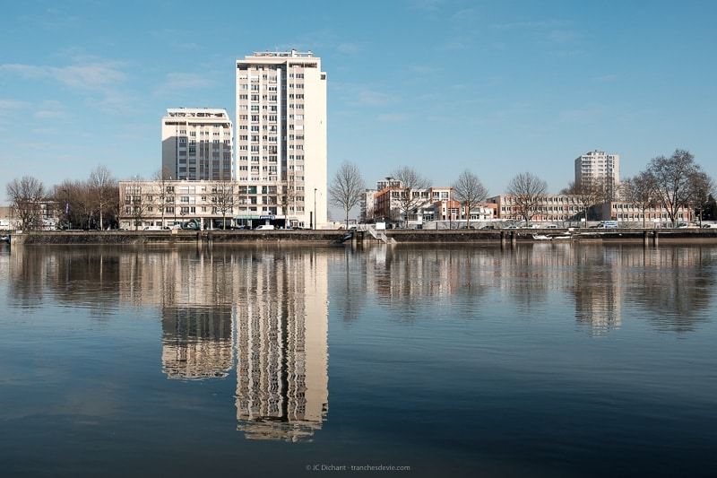 07/52 - Berges de Seine à Vitry sur Seine avec reflet des bâtiments d'Alfortville