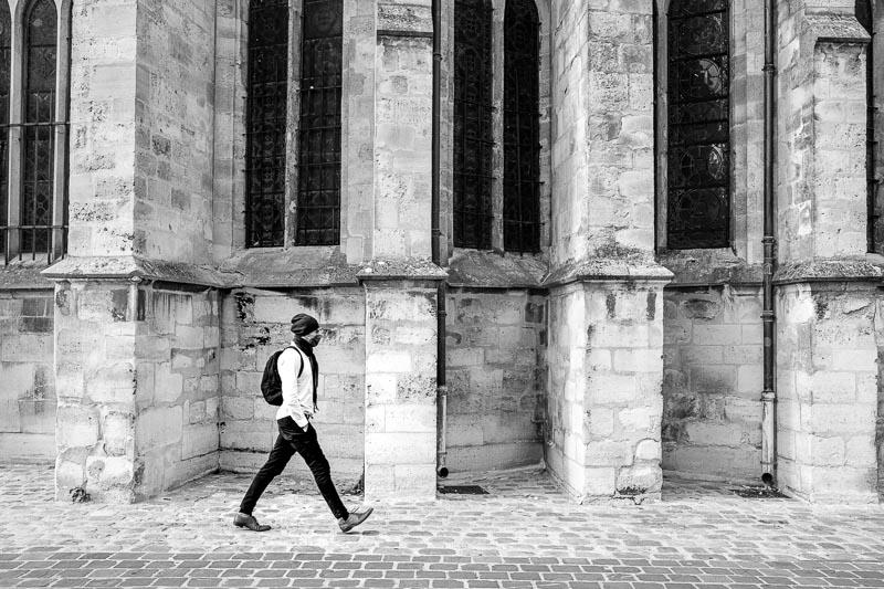 Un passant devantl'église Saint-Germain de Vitry sur Seine