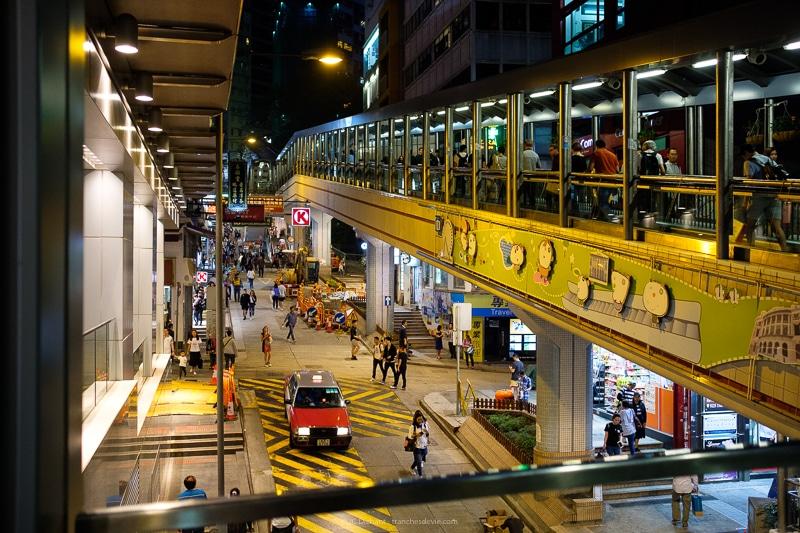 Hong Kong, le plus long escalator du monde fonctionne jour et nuit