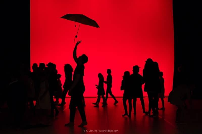26/52 - Parapluie noir sur fond rouge, Ecoles Municipales Artistiques de Vitry sur Seine